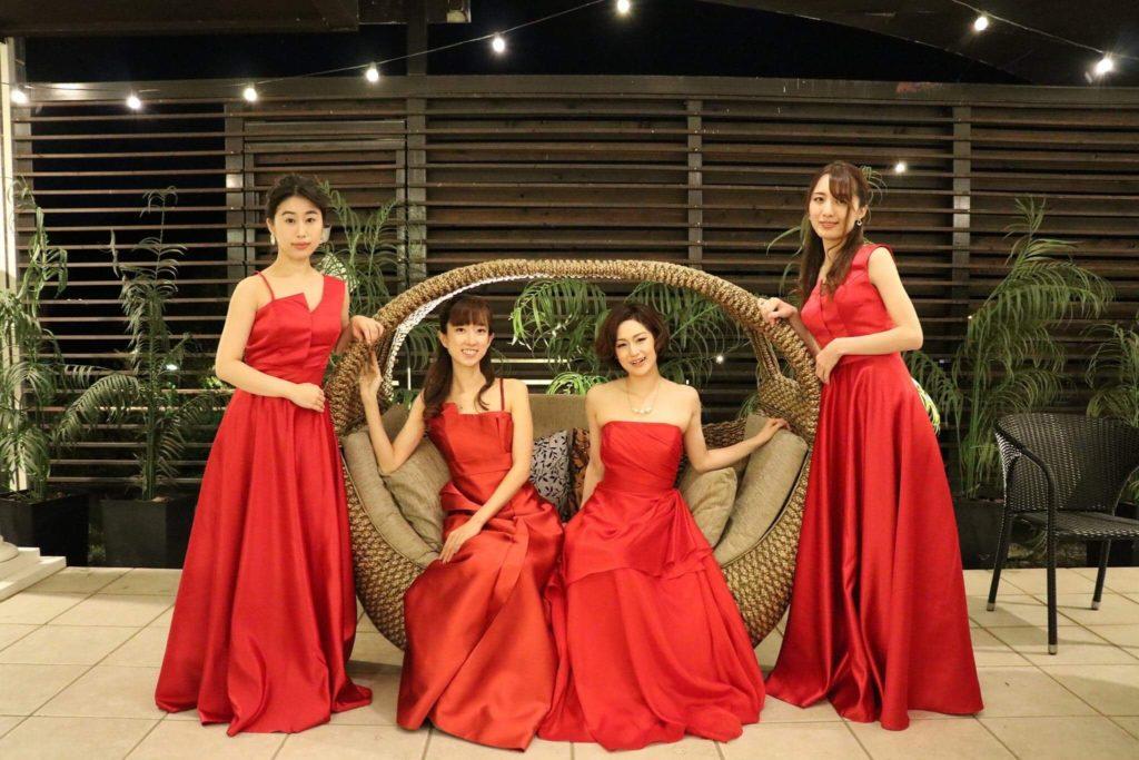 赤いドレスの演奏家
