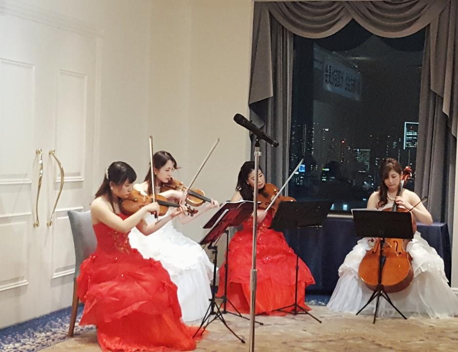紅白衣装の弦楽四重奏の演奏シーン