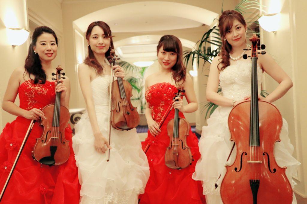 バイオリン・チェロをもった弦楽四重奏