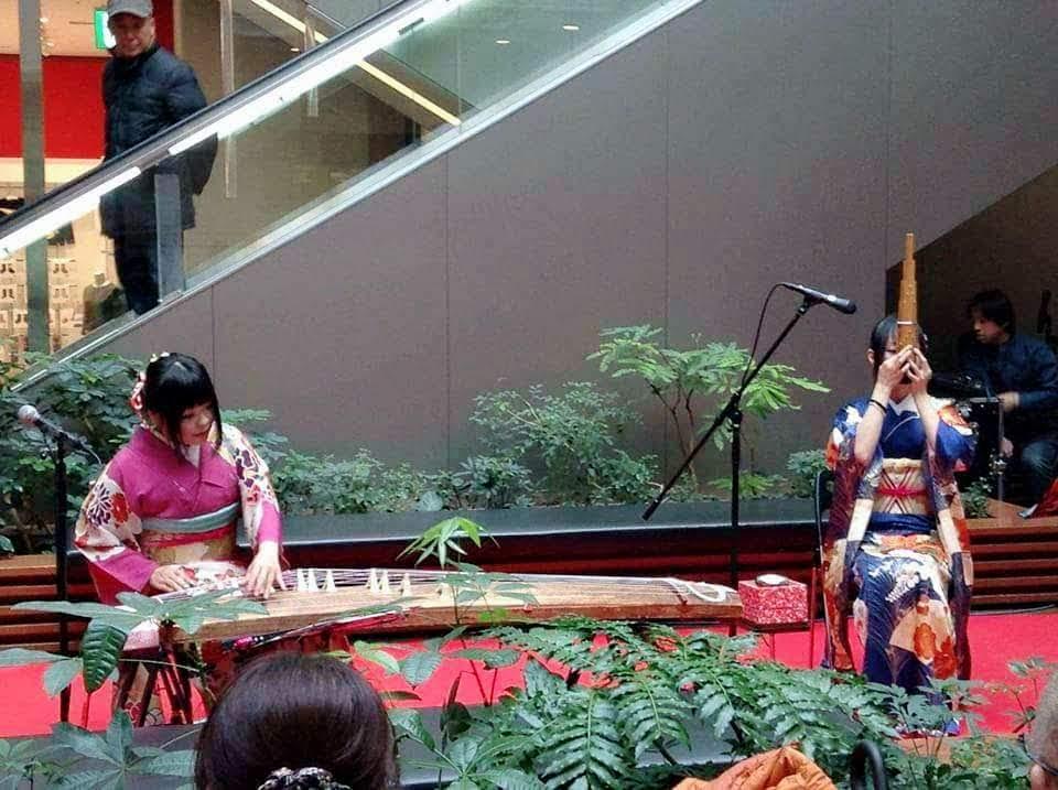 和装で琴、笙の演奏