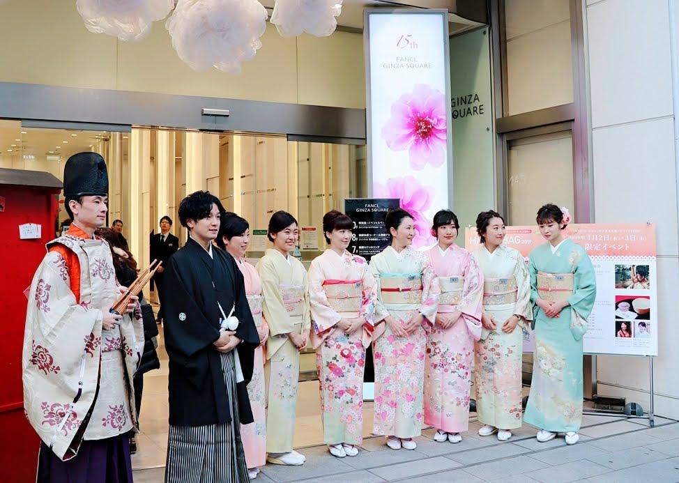新春コンサートで着物を着た女性