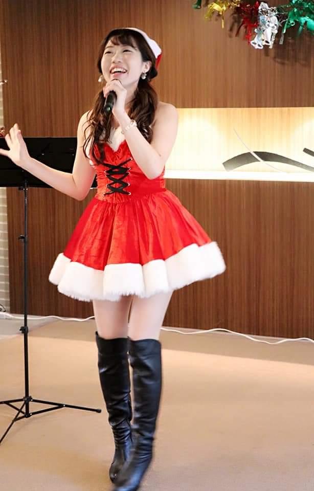 マンションクリスマスコンサートで歌うソプラノ歌手