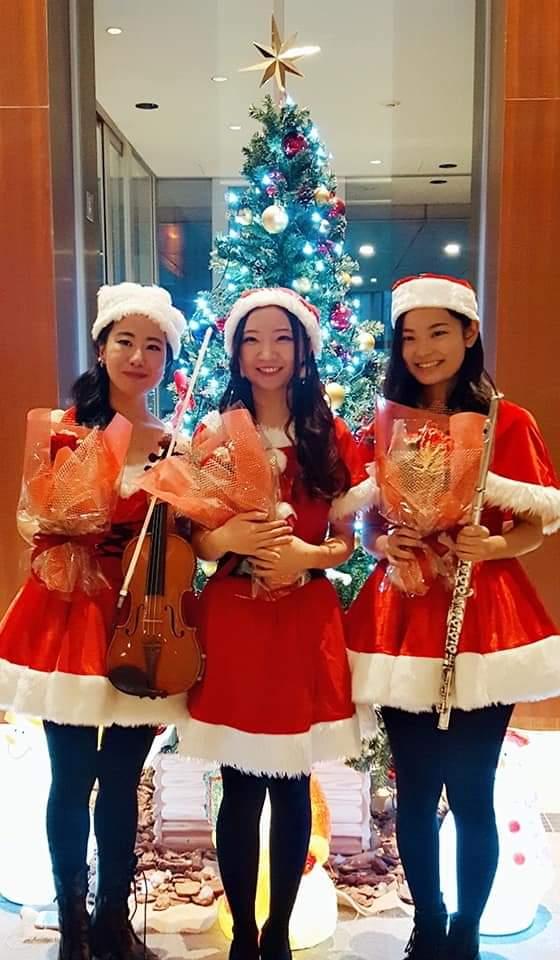 サンタ衣装の演奏家
