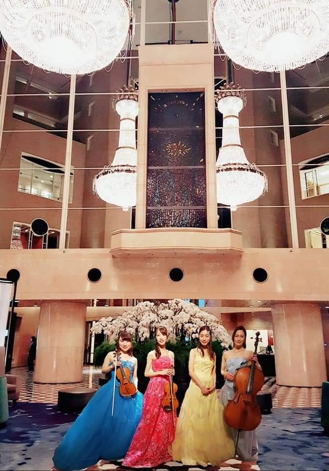 ホテルロビーで バイオリンチェロピアノの 演奏家