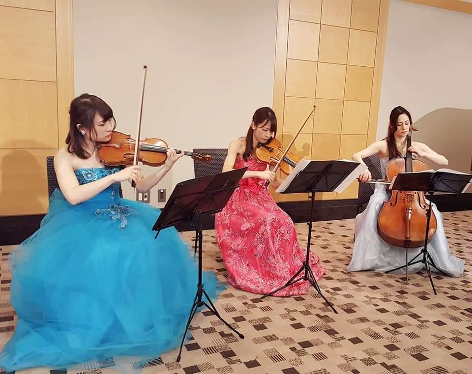 ホテルで弦楽三重奏の演奏