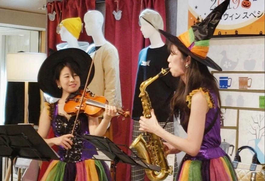 ハロウィンの衣装を着たバイオリニストとサックス奏者