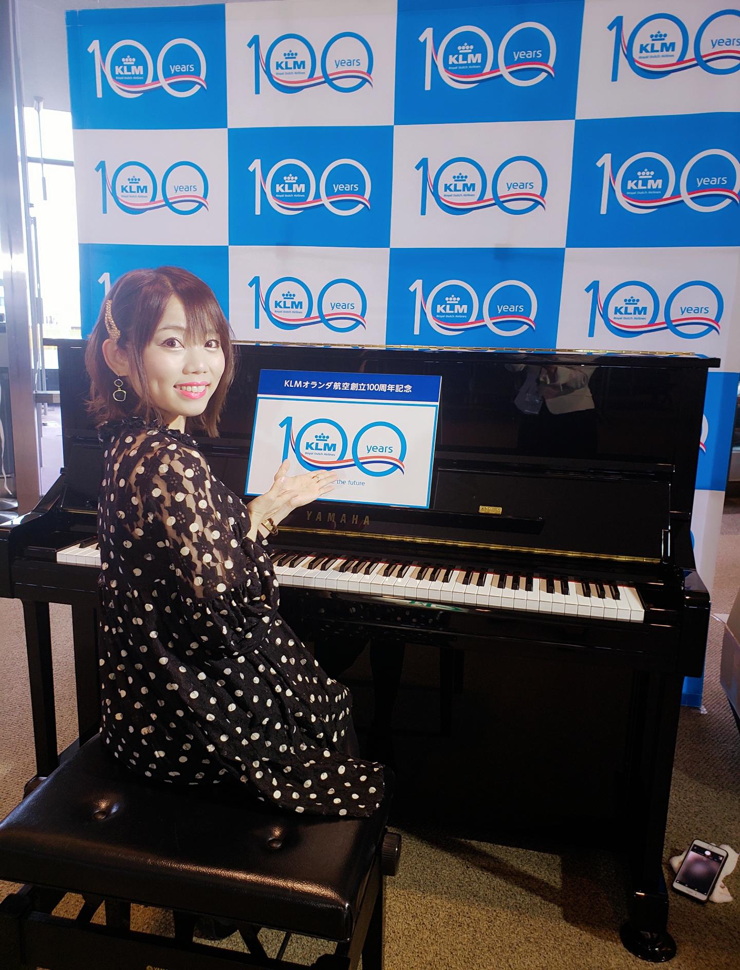 ピアニストがピアノの椅子に座っていう写真