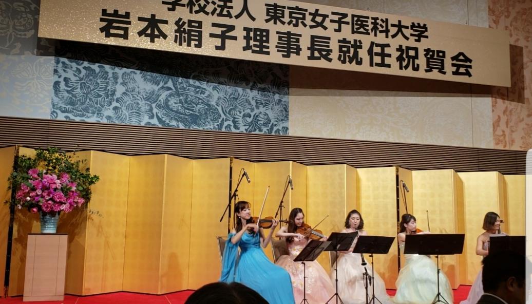 ステージ上で 米の演奏家が演奏している