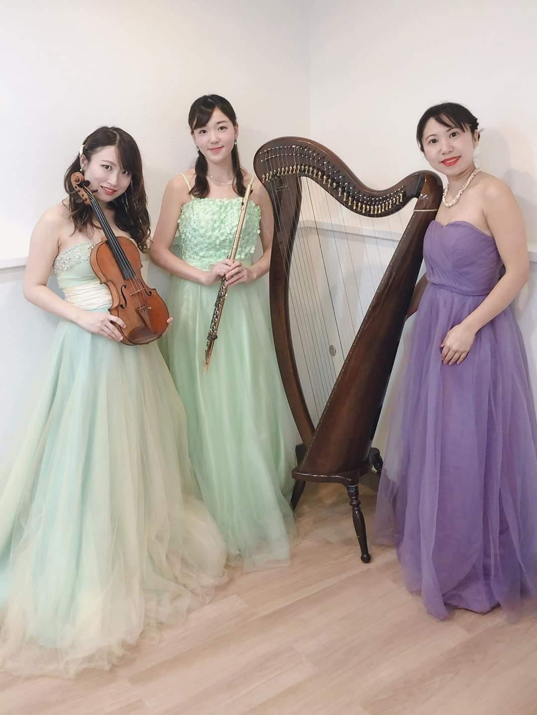 ハープ、ヴァイオリン、フルートの女性演奏家3人