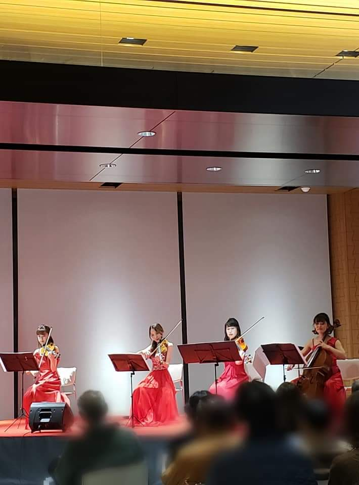 ステージ演奏をしている弦楽四重奏フェリスQUARTET