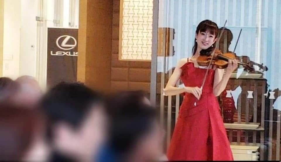 絵外で演奏するヴァイオリニスト