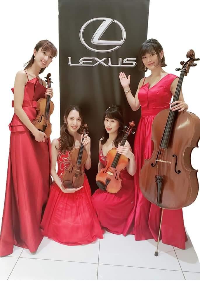 赤いドレスを着た女性演奏家