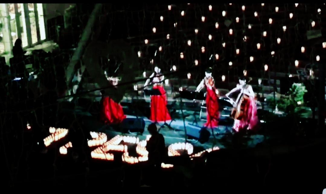 点灯式キャンドルセレモニーで演奏している弦楽四重奏