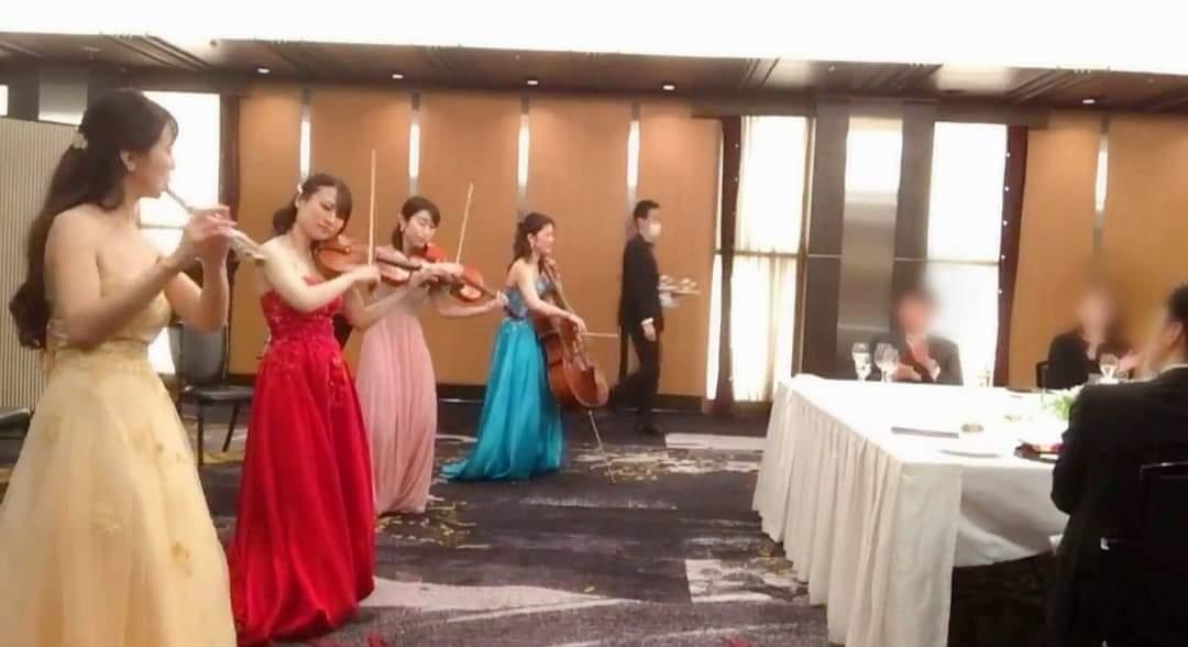 フルート、ヴァイオリン、チェロ、ビオラのカルテット演奏シーン