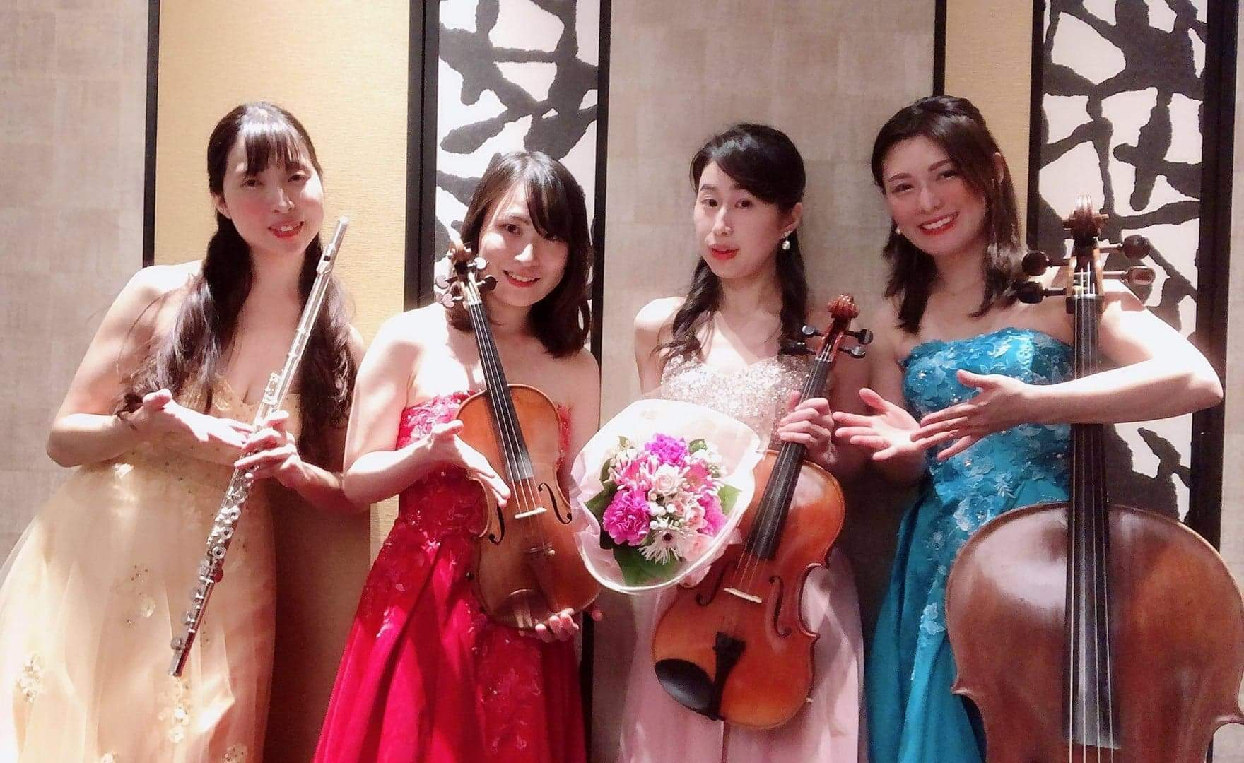 四人の演奏家が楽器を持っている